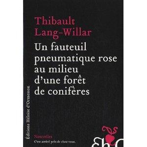 Critique – Un fauteuil pneumatique rose au milieu d'une forêt de conifères – Thibault Lang-Willar